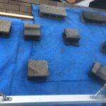 ブルーシートとコンクリートブロックで屋根の応急処置